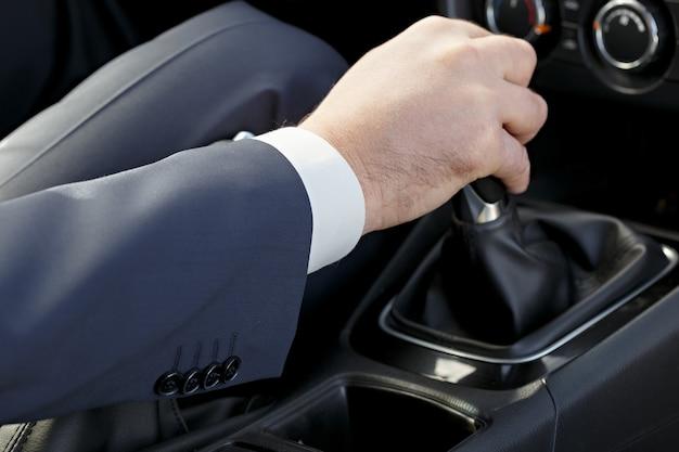 Рука водителя автомобиля