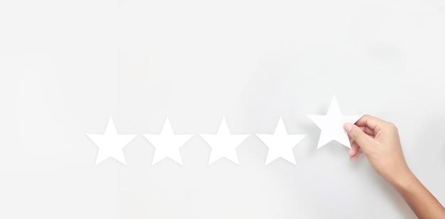 Рука трогательно поднимается на увеличение пяти звезд. повышение рейтинговых оценок и концепции классификации