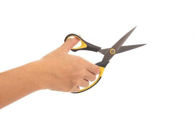 Рука женщины, держащей ножницы, изолированные на белом фоне