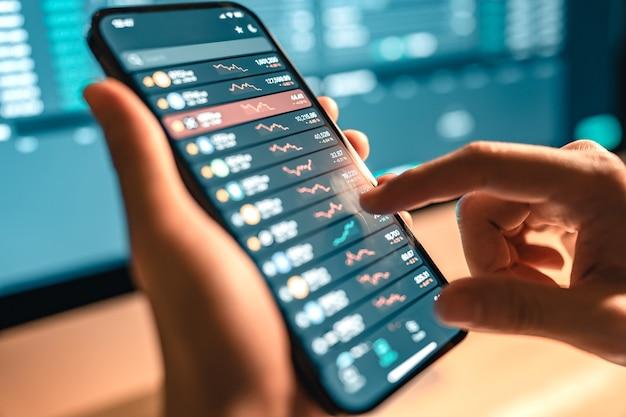 Рука женщины проверяет график цен на биткойны на цифровой бирже на компьютере