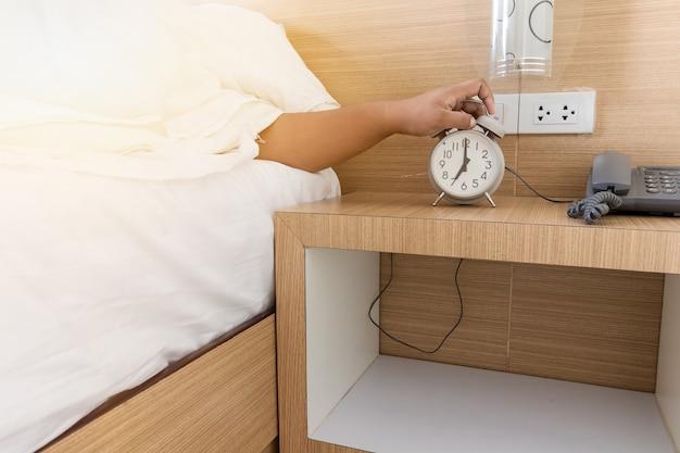 7.00時にアラームを解除すると、ベッドの白い午前中に目を覚ます