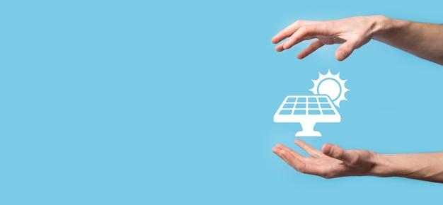 파란색 표면에 손을 잡고 태양 전지 패널의 아이콘 기호