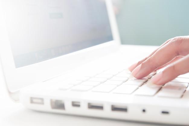 노트북, 복사 공간 온라인 쇼핑 개념의 키보드에 손