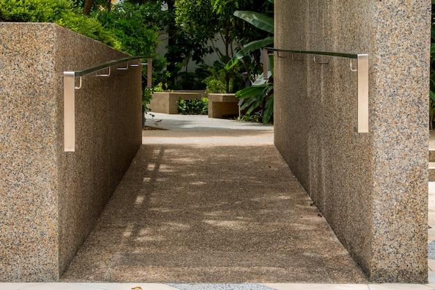 손 난간 : 공원에 갈 난간 프리미엄 사진