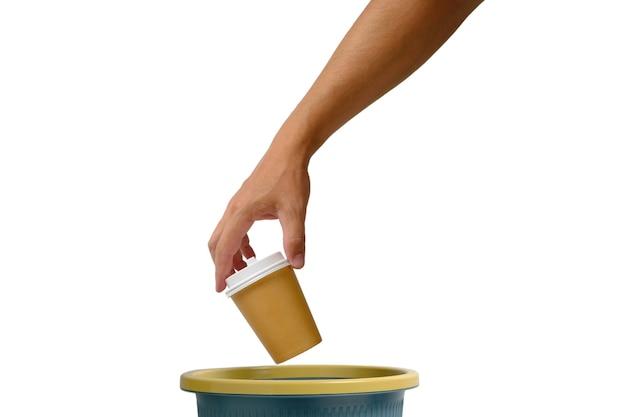 흰색 배경에 손을 얹은 일회용 테이크아웃 커피 한 잔을 쓰레기통에 버립니다. 재활용 및 생태학입니다.