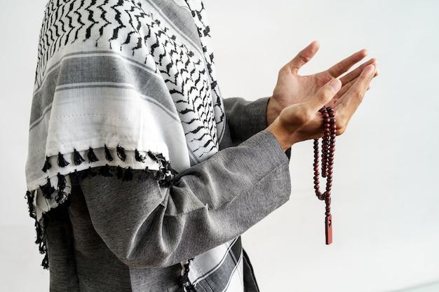 Руки открыты, когда молитесь в исламской культуре