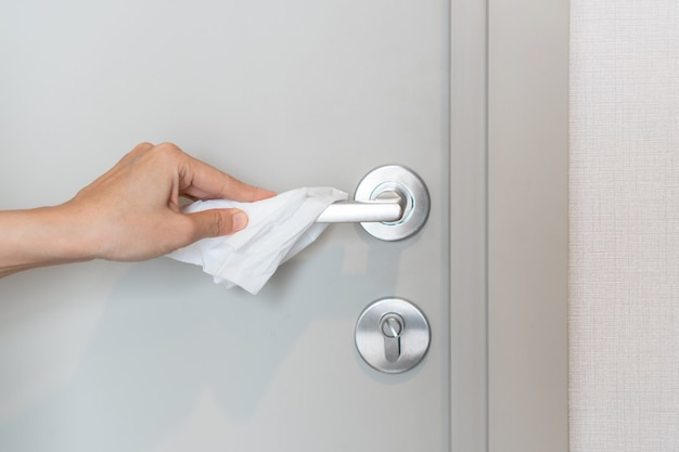 Вручную откройте дверь папиросной бумагой, чтобы предотвратить прямой контакт для предотвращения заражения вирусом covid 19 и микробов.