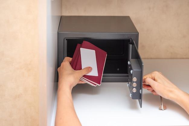 Ручной сейф в гостиничном номере, сдача паспорта и кредитной корзины