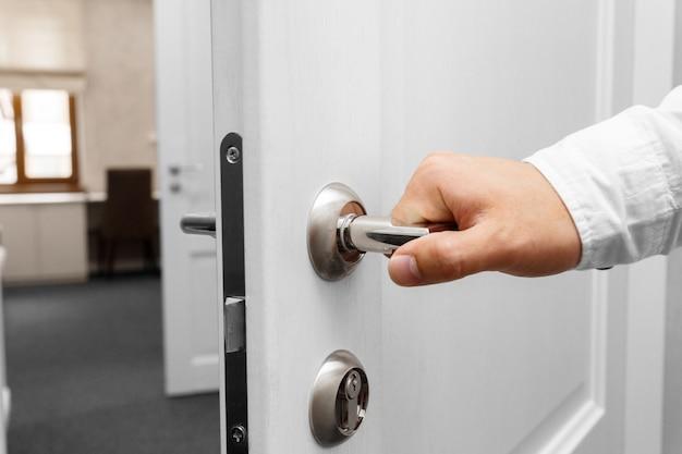 문을 여는 손