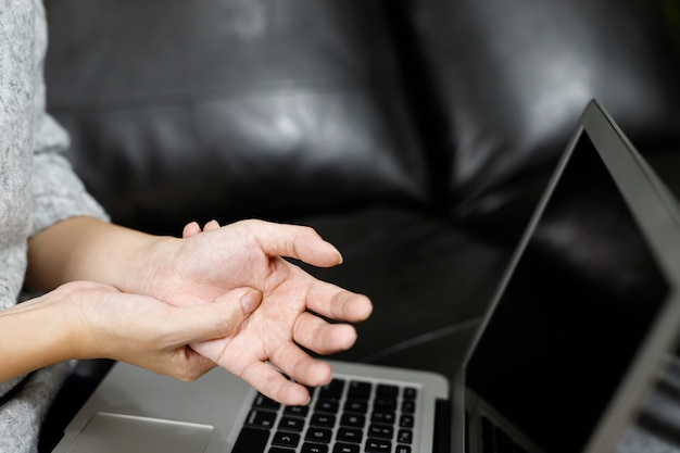 Боль в руке у женщин боль в мышцах при работе за компьютером