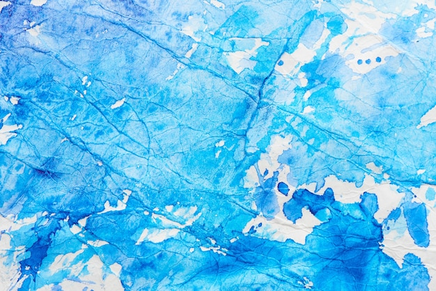 Ручная роспись синего акварельного абстрактного пятна на белой бумаге. краска всплеск фон