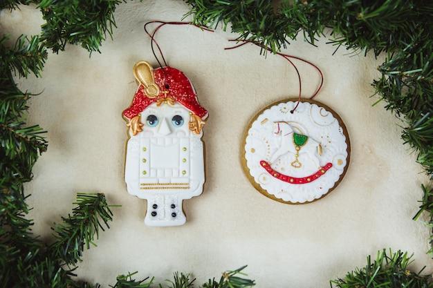 Ручная роспись рождественские пряники щелкунчик на красивый бежевый. карта . вид сверху. квартира лежала.