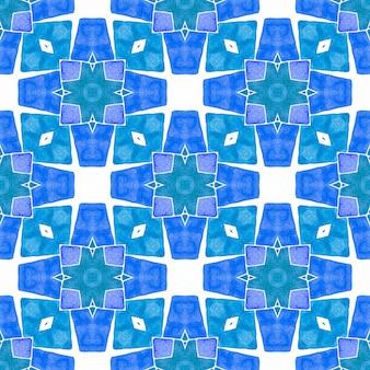 手描きのタイル張りの水彩画の境界線。ブルーの立派な自由奔放に生きるシックな夏のデザイン。タイル張りの水彩画の背景。テキスタイルレディの魅力的なプリント、水着生地、壁紙、ラッピング。 Premium写真