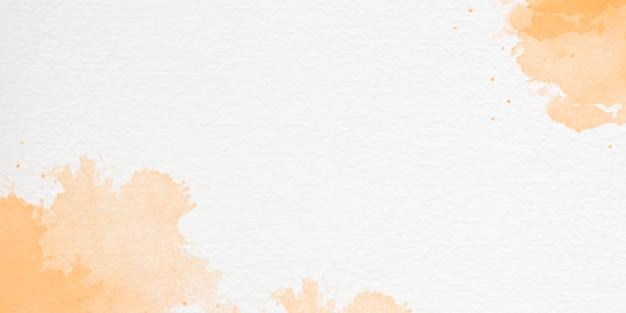 手描きの空と雲の形をした水彩画の背景