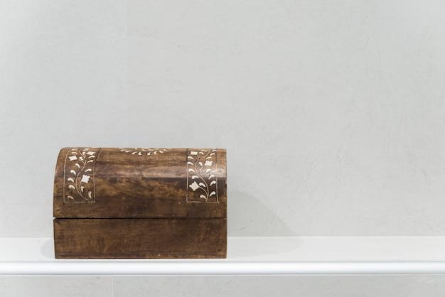 Раскрашенный вручную деревянный сундук крупным планом