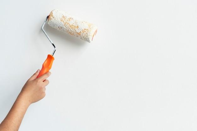 壁を白く手塗り