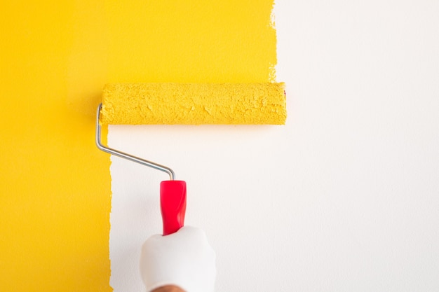 Hand painting wall with roller