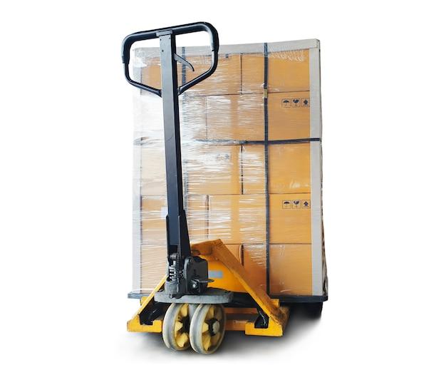 Ручная тележка для перевозки поддонов с пакетными коробками, изолированные на белом фоне, грузовые коробки для перевозки грузов Premium Фотографии