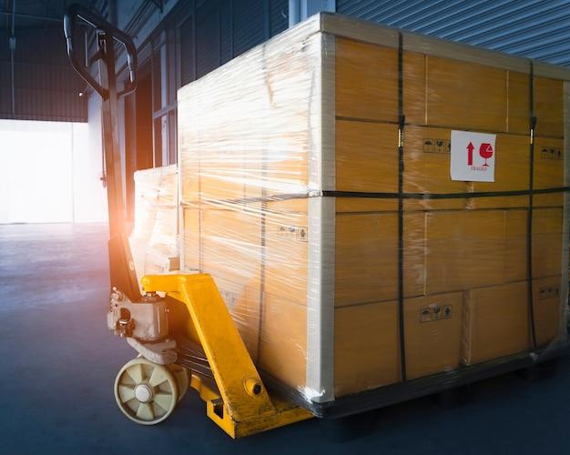 Ручная тележка для поддонов с упаковочными ящиками, обернутыми полиэтиленовой пленкой на поддонах грузовые ящики