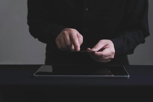 디지털 태블릿으로 신용 카드로 온라인 지불 손