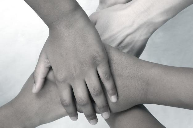 서로의 위에 쌓인 손 사람들