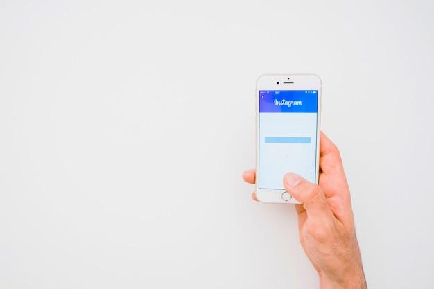 Рука, телефон, приложение для instagram и место для копирования