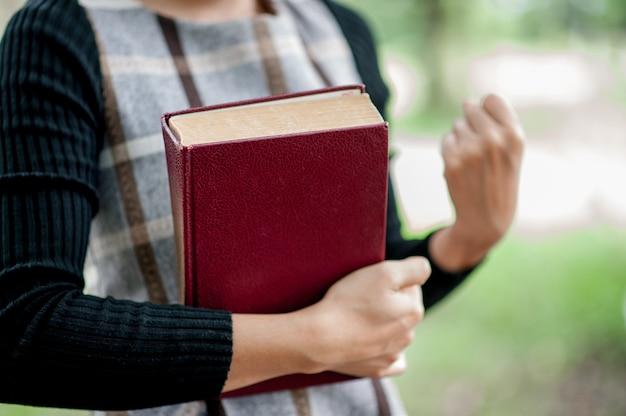 손 그림과 책 교육 개념