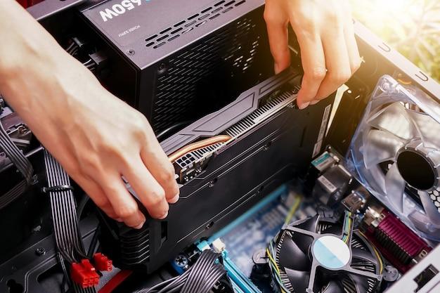 선택적 포커스가 있는 개인용 컴퓨터 하드웨어를 유지 관리하는 동안 비디오 카드를 손으로 연결
