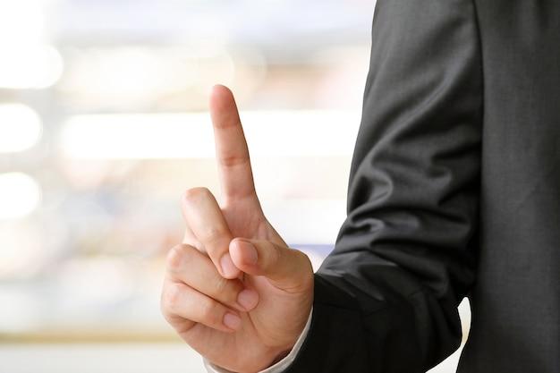 Жест рукой на фоне размытия офиса