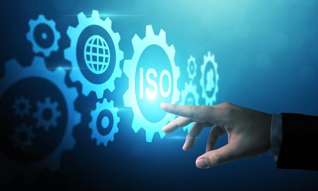 Рука, указывающая на цифровую концепцию iso