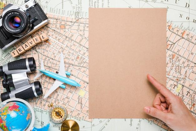 Рука, указывающая рядом с элементами путешествия