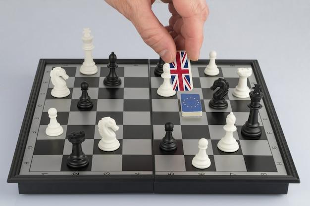 手の政策は英国の旗で数字を上げる政治的なゲームと戦略の概念