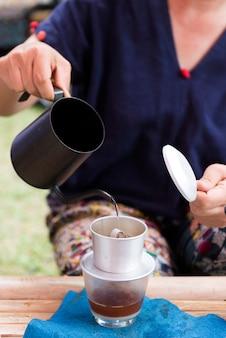 커피 물방울에 뜨거운 물을 붓는 손