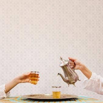 把茶倒进玻璃