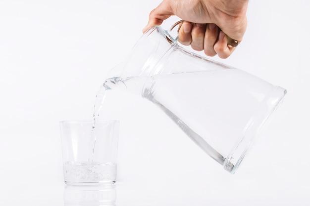 Ручная заливка воды в стекло