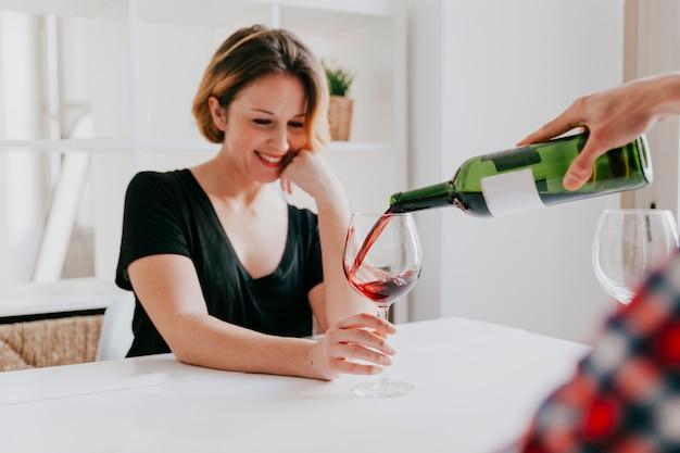 ガールフレンドのために手を注ぐワイン