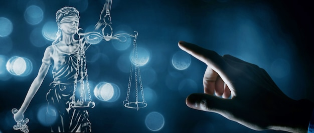 手が正義の像を押す