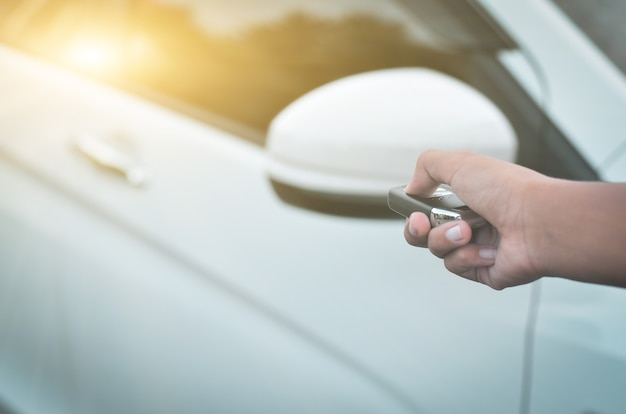 리모컨의 버튼을 손으로 눌러 차를 잠그거나 잠금 해제하고 리모컨으로 차 문을 엽니다.