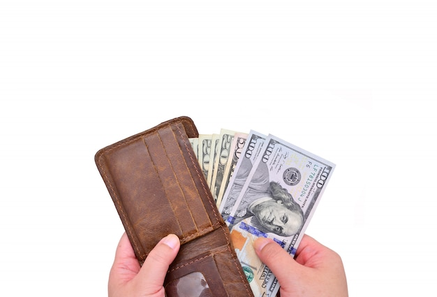 Рука вытащила доллар из кожаного кошелька