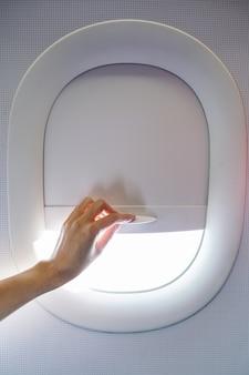 飛行中に飛行中に手を引いたり、飛行機の窓カーテンを持ち上げたりする。