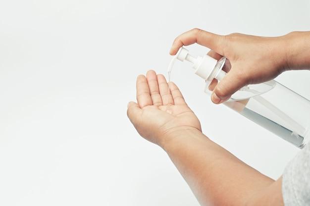 白い背景のコロナウイルスcovid 19を洗浄するためのボトルのハンドポンプアルコールゲル