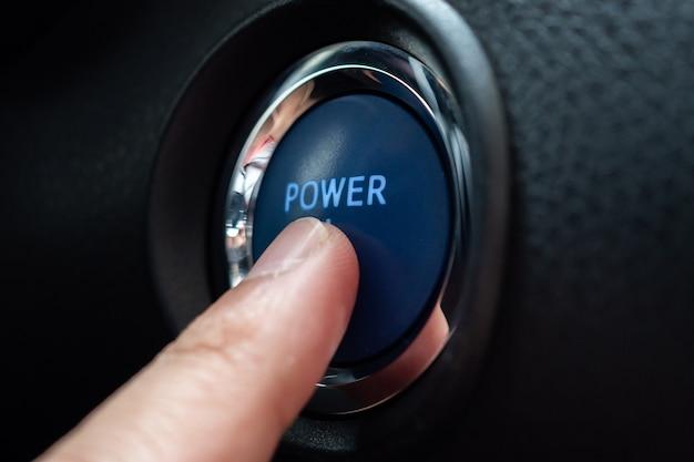 電源ボタンを手で押す