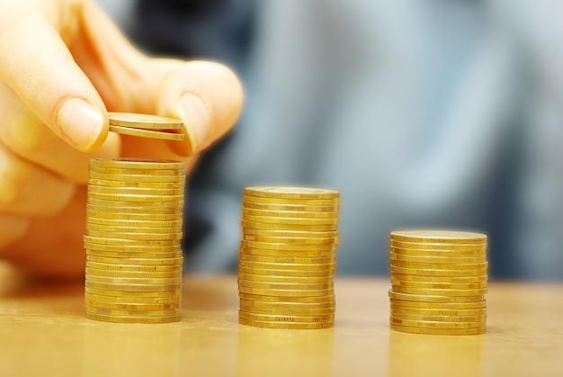 手でコインをお金の階段に入れて分離
