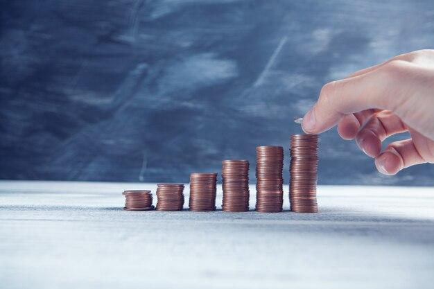 손은 성장하는 그래프의 형태로 동전을 넣습니다.