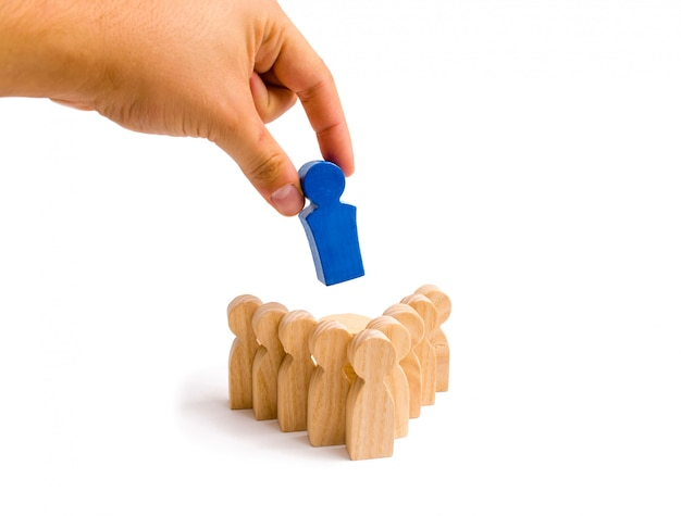 The hand puts the leader in the center of the formation of the team and directs the group