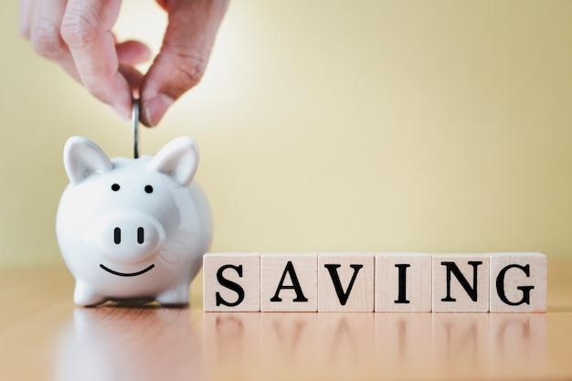 흰색 돼지 저금통과 나무 상자에 동전을 넣어 태그 단어를 사용하여 성장, 퇴직 기금 및 미래 계획 개념에 대한 돈을 절약하는 단계까지 성장합니다.