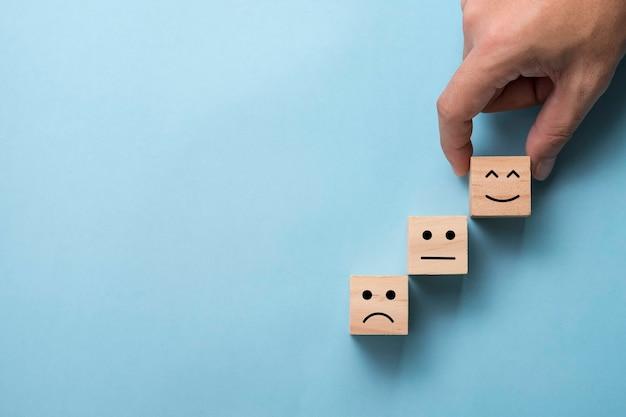 笑顔の感情を置く手はキューブに直面しています