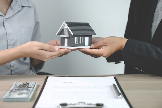 Hand a real estate agent, hold the home model, and explain the business contract,