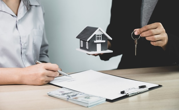 Hand a real estate agent, hold the keys, and explain the business contract