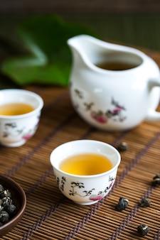 Свернутый вручную китайский жемчужно-жасминовый чай в традиционном чайном наборе